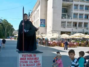 Statuile vii care anunţă sucevenilor şi turiştilor că se apropie Festivalul Medieval şi-au făcut deja apariţia în Suceava
