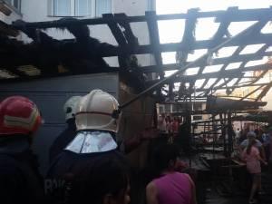 Tarabe din bazarul din Rădăuţi, afectate de flăcări