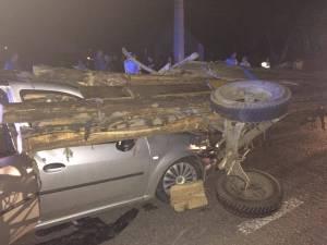 Maşina străpunsă de lemnele din căruţă