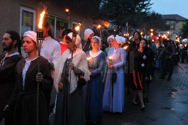 """Parada cu făclii a cavalerilor şi domniţelor care participă la Festivalul de Artă Medievală """"Ştefan cel Mare"""""""