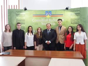 Şapte dintre cei opt elevi de media 10 la bacalaureat s-au întâlnit ieri cu preşedintele CJ Suceava, Gheorghe Flutur, acesta felicitându-i în numele administraţiei judeţene