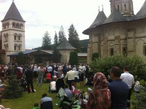 Peste 20.000 de credincioşi, la hramul Mănăstirii Putna
