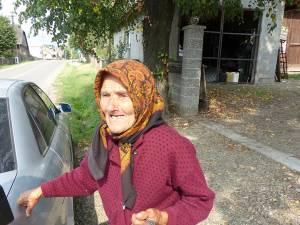 Una din bătrânele din Comănești care nu ştie ce s-a întâmplat cu banii depuşi de ea și de membrii familiei sale