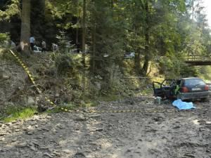 Autoturismul a lovit un copac iar apoi a plonjat în albia pârâului