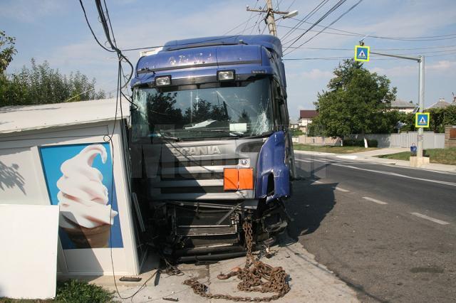 Camionul a distrus stâlpii de electricitate și s-a oprit în chioşcul de îngheţată, pe care l-a avariat