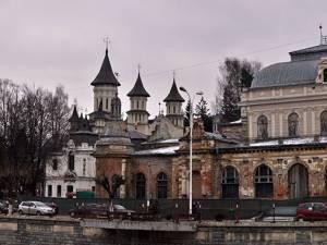 """Clădirea """"Cazinoul Băilor"""" din Vatra Dornei, aflată într-un stadiu avansat de degradare"""