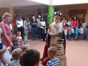 IPS Pimen, Arhiepiscopul Sucevei si Radautilor, ii stropeste cu agheasma pe micutii prescolari