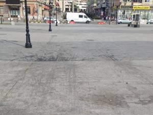 Suprafaţa pietonală de la kilometrul zero al municipiului este plină de urme ale unei substanţe vărsate pe plăcile de granit