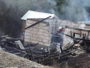 Două gospodării afectate de un puternic incendiu