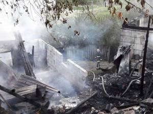 Focul izbucnit la una din locuinţe s-a propagat rapid şi la o casă învecinată, iar intervenţia pompierilor chemaţi la faţa locului s-a dovedit una extrem de dificilă