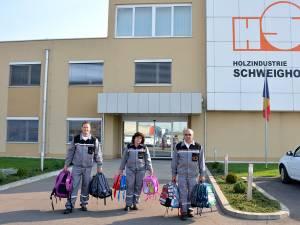 Angajaţi ai Schweighofer duc ghiozdane copiilor internaţi în spitalele din Rădăuţi şi Siret
