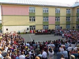 """Clopoţelul a sunat şi pentru cei aproape 1.500 de elevi și preșcolari ai Colegiului Național """"Mihai Eminescu"""""""