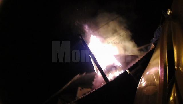 Flăcările atingeau câțiva metri înălţime deasupra acoperişului și se puteau extinde la locuinţa din apropiere