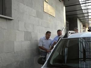 Ilie Lungu, primarul oraşului Salcea, a fost reţinut aseară de procurorii Direcţiei Naţionale Anticorupţie, Serviciul Teritorial Suceava, pentru o perioadă de 24 de ore