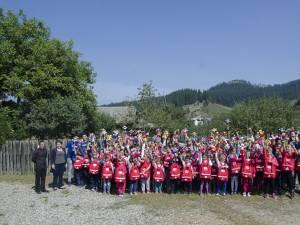 Peste 500 de ghiozdane complet echipate au ajuns la elevii nevoiaşi din comuna Stulpicani
