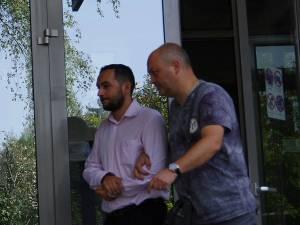 Profesorul de biologie Victor Jucan (stânga), care a fost reţinut joia trecută de procurorii Parchetului de pe lângă Tribunalul Suceava pentru comiterea infracţiunii de trafic de influenţă, rămâne în arest la domiciliu