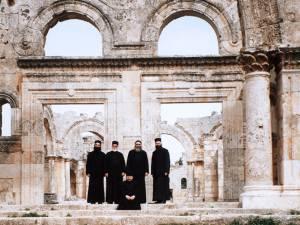 Patriarhul Ioan cu monahi antiohieni și români la ruinele Manăstirii Sfântului Simeon Stâlpnicul, Siria, 2006