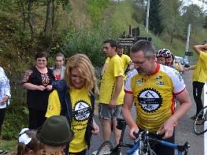 Ciclişti belgieni, în sprijinul bătrânilor din comuna Moldoviţa