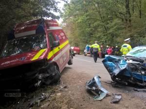 Ambulanţă SMURD ciocnită violent de maşina condusă de un şofer care a depăşit pe linia continuă