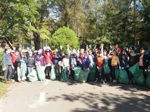 Voluntari din 33 de localităţi sucevene au adunat peste 10.300 de saci cu gunoi aruncat unde nu trebuie