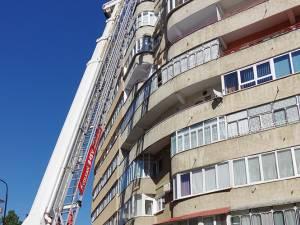 Pompierii Detașamentului Suceava au intervenit, ieri, cu o autospecială cu scară de serviciu pentru a îndepărta mai multe bucăți de tencuială de pe un bloc turn