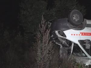 Un camion cu lemne scăpat de sub control s-a răsturnat la marginea E 85
