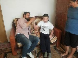 Alexandru Popescu, adolescentul care abia la 15 ani a făcut primii paşi, are nevoie de ajutor