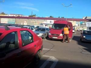 Personalul angajat abordează imediat şoferii care opresc în parcare, dar nu se îndreaptă spre magazin