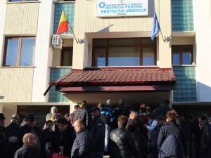Sute de suceveni s-au grăbit să depună dosarul pentru Casa Verde, unii stând la rând, în fata sediului APM, chiar de duminică după-amiază