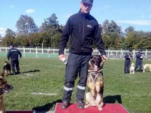 Câinele Olly și instructorul său, plutonierul major Marius Manolachi