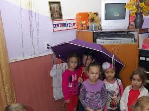 Cei peste 50 de preșcolari din cadrul grădiniței din sat fac carte printre picături de apă