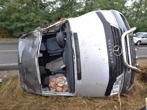 Cinci din cei şapte ocupanţi ai microbuzului, care mergeau la o pensiune, au ajuns la spital în urma accidentului