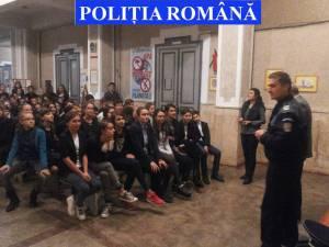 Poliţiştii suceveni desfăşoară sesiuni de informare în rândul elevilor din şcoli gimnaziale şi din licee cu privire la infracţiunile din mediul online