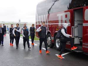 Steliștii au urcat direct în autocar, fără a avea voie să facă fotografii cu fanii ce i-au așteptat