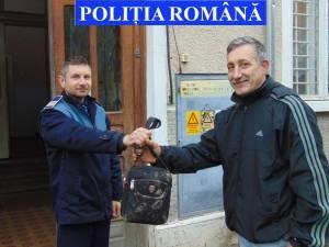 Borsetă cu bani şi bunuri, restituită de un poliţist proprietarului