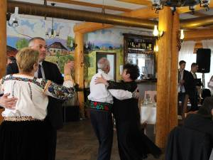 """Petrecerea """"cuplurilor de aur"""" din Șcheia, la restaurantul Coliba Haiducilor"""