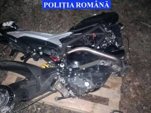 Poliţiştii au depistat în încăpere două motociclete, despre care se crede că sunt furate din străinătate