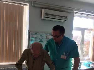 Dr. Vlad Morariu, cu veteranul pacienţilor endoprotezaţi