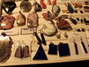 Expoziţia Mineralia, cu bijuterii unicat, create din pietre naturale