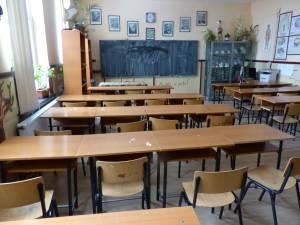 Cursurile au fost suspendate luni la trei şcoli din judeţ