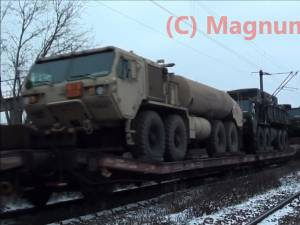 Trenul cu echipament militar NATO, cu 24 de vagoane, care a tranzitat, luni seară, municipiul Suceava. Foto: Andrei Bîrsan