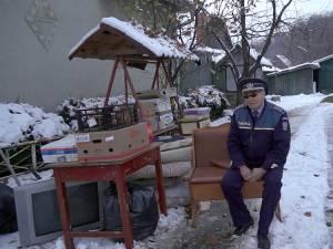 Vasile Grumăzescu a ieşit aseară în drum, cu tot cu o parte din mobilă, sătul să tot aştepte mutarea în locuinţa de serviciu care i se cuvine