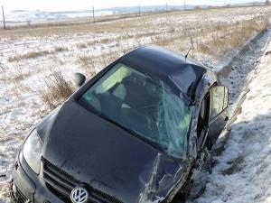 Cel mai afectat în urma impactului a fost autoturismul VW, care a fost proiectat în șanț, la o diferenţă de nivel de doi metri