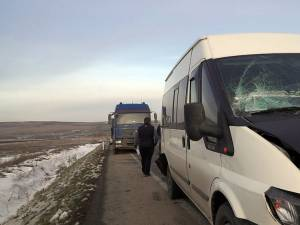 Microbuzul a fost prins între cele două vehicule grele