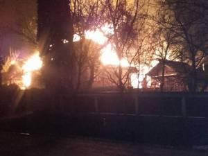 Flăcările au cuprins rapid întreaga gospodărie, majoritatea construcţiilor fiind ridicate din lemn