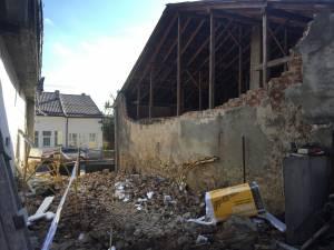 Zid dărâmat şi persoane evacuate în cartierul Burdujeni sat
