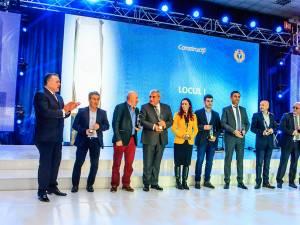 Ioan Brăescu (ultimul din dreapta) a ridicat trofeul acordat companiei Loial Impex SRL