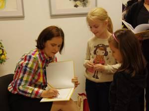 Artista plastică Ana-Maria Ovadiuc a dat autografe, la finalul vernisajului