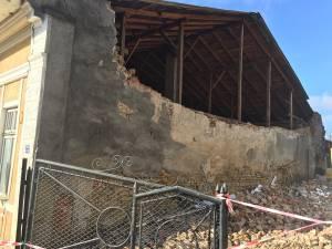 Peretele  imobilului s-a prăbuşit din senin şi a afectat şi o clădire învecinată