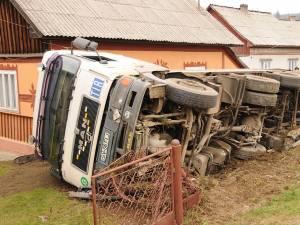 Camionul de mare tonaj s-a oprit în final în curtea unei case, unde s-a răsturnat  cu toată încărcătura